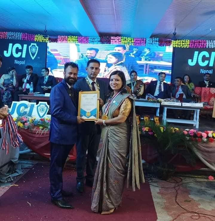 नेपाल जेसीजका अध्यक्षबाट एवार्ड ग्रहण गर्दै लेडी जेसीजकी अध्यक्ष खतिवडा ।