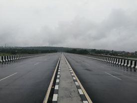 पुर्वी नाकाको मेची पुलमा निर्माण भएको नयाँ पुल ।
