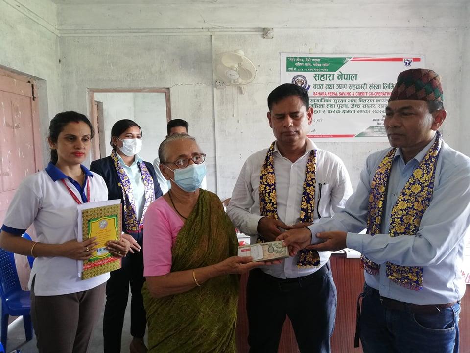 परिवार राहत बापतको रकम लिनु हुँदैं स्व पुण्यप्रसाद पौडेलकी श्रीमती राधादेवी पौडेल ।