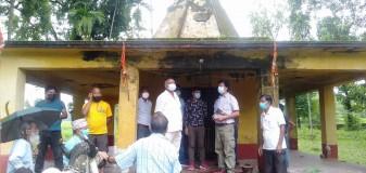 मन्दिर अवलोकनका क्रममा विभागको टोलीका सदस्यसंगै मेचीनरमा प्रमुख सहितका प्रतिनिधिहरु ।